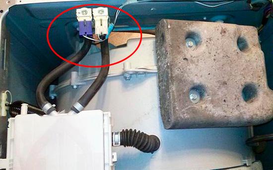 Для замены клапана стиралки нужно отсоединить клеммы питания и шланги подачи воды