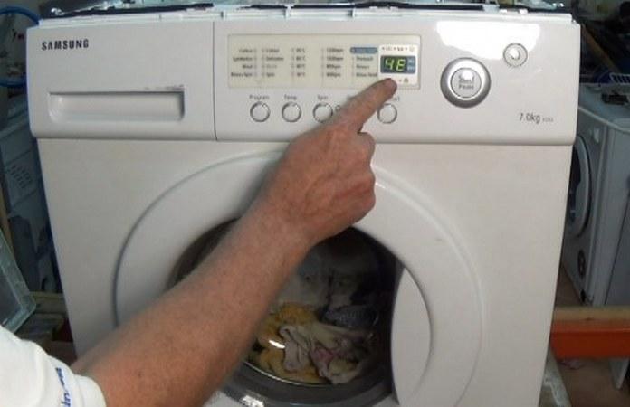 При неисправности помпы стиралки на дисплее возникает код ошибки