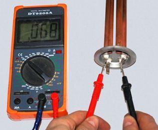 Если водонагреватель перестал греть воду, нужно на концах термостата проверить приходящий ток тестером